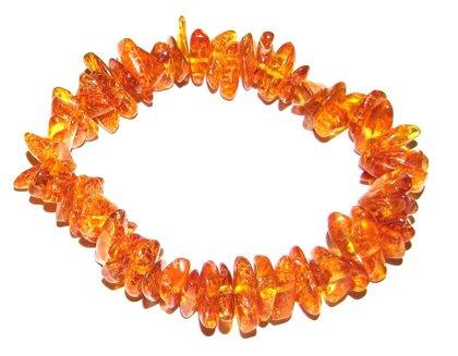 Rokassprādze no oranžas krāsas gabaliņiem